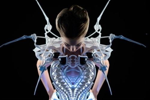 Голландский дизайнер создала платья изчастей автомобиля