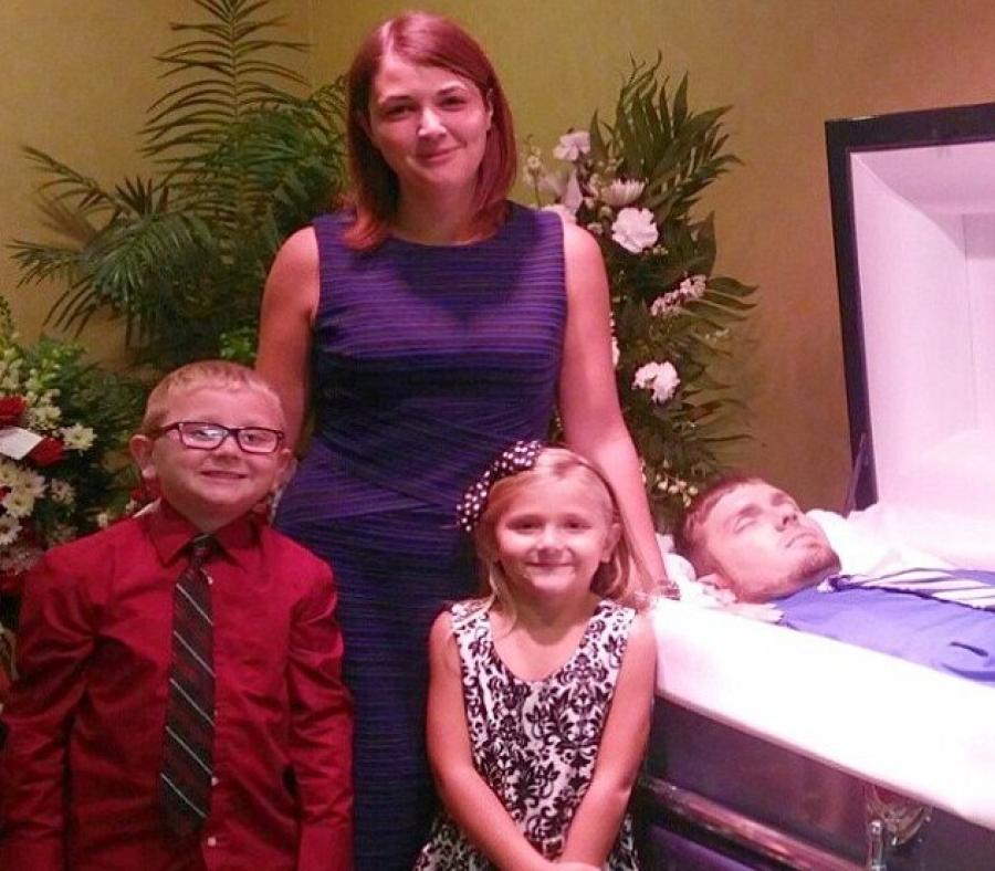Улыбающаяся мать сдетьми снялась рядом сгробом мужа